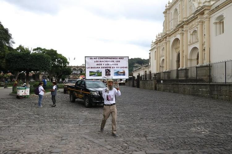 Oswaldo Ochoa camina frente a la Catedral de Antigua Guatemala. (Foto Prensa Libre: Renato Melgar)