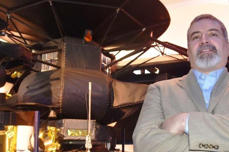 Edward Hirst posa junto a parte del equipo del proyecto en el que trabaja en la Nasa. (Foto Prensa Libre: EFE)