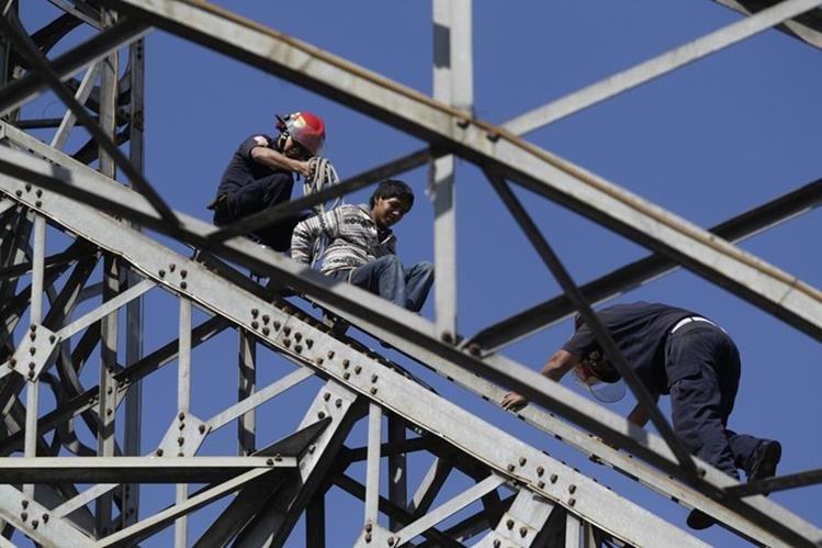 Gerson Chic Estrada trepó a la Torre del Reformador con la intensión de suicidarse, pero los Bomberos Municipales lo rescataron. (Foto Prensa Libre: Edwin Bercián)