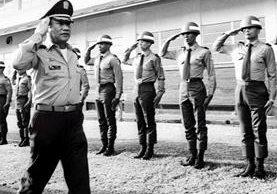 Foto del dictador panameño Manuel Antonio Noriega -izq- mientras saluda a la tropa en Panamá, en 1985.