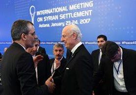 El embajador de la ONU en Siria Staffan de Mistura (C) se reúne con una delegación iraní.(Foto Prensa Libre:AFP).