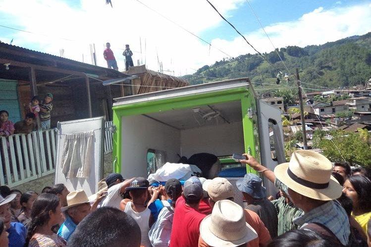 Vehículo traslada el cadáver de Sebastián Sajic Córdova, quien murió de forma violenta en San Juan Cotzal, Quiché. (Foto Prensa Libre: Óscar Figueroa)