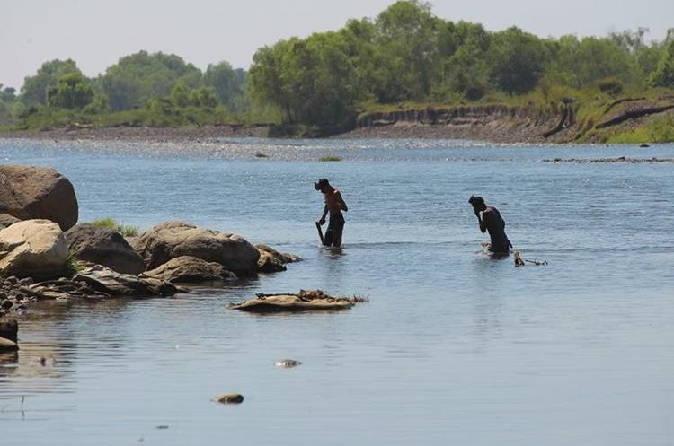 Jornada de pesca en el río Madre Vieja.