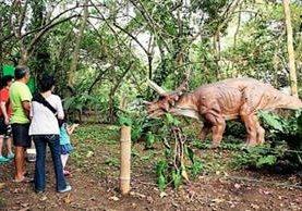 Visitantes pueden apreciar cómo las figuras de dinosaurios mueven los ojos y respiran. (Foto Prensa Libre: Rolando Miranda)