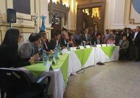 El ministro Óscar Hugo López escuchó las opiniones de varios directores sobre la necesidad de restablecer la carrera magisterial (Foto Prensa Libre: Geldi Muñoz)