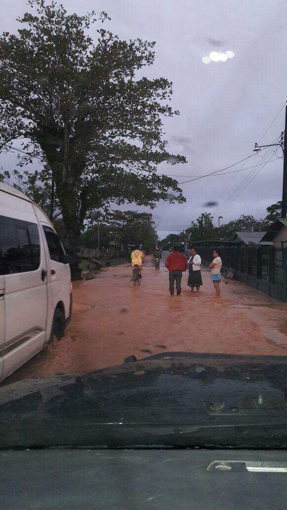 El río Tenedores en Morales, Izabal, se salió de su cauce y bloquea el paso en la ruta al Atlántico.
