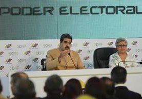 Nicolás Maduro (i) hablan junto a Tibisay Lucena, jefa del Consejo Nacional Electoral (CNE) de Venezuela. (Foto Prensa Libre:AFP).