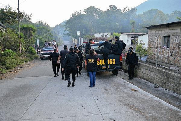 Autoridades durante cateo   en Santiago Atitlán,  Sololá. (Foto Prensa Libre: Ángel Julajuj)