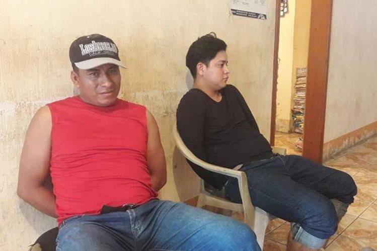 El exmilitar -de rojo- capturado en compañía de Eduardo Ramos, quien también fue capturado. (Foto Prensa Libre: Dony Stewart).