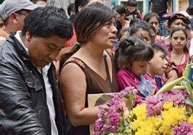 Familiares y vecinos de San Lucas Tolimán, Sololá, dan el último adiós a Yoselin Chumil, asesinada el 28 de junio último. (Foto Prensa Libre: Ángel Julajuj)