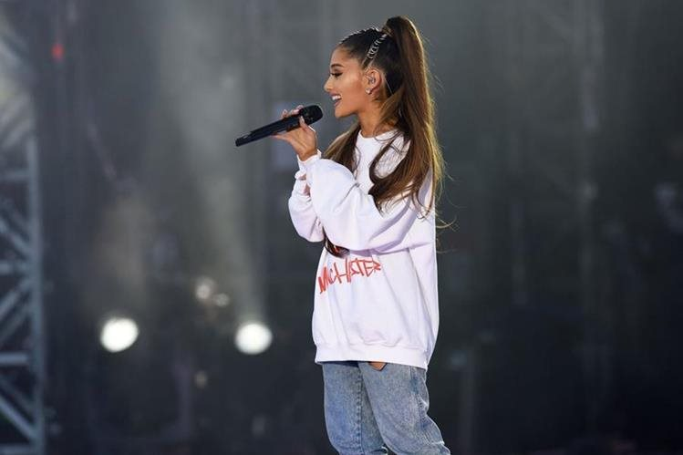 Ariana Grande paralizó momentáneamente sus conciertos por París por atentado terrorista, ahora retoma su gira. (Foto Prensa Libre: AFP)