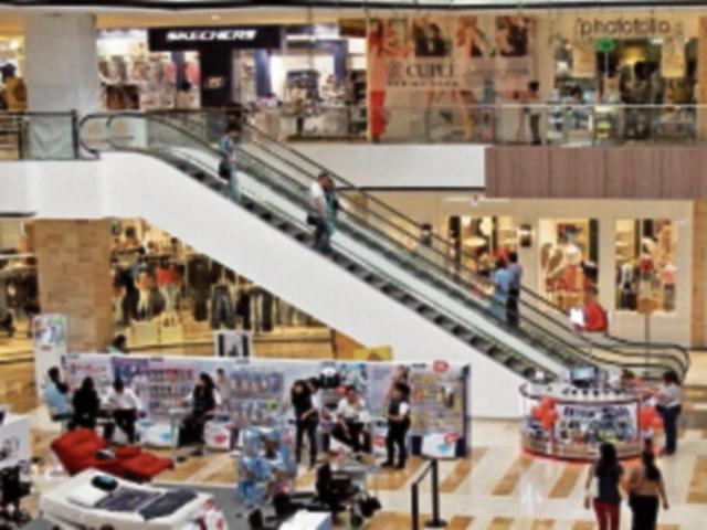 Miles de clientes abarrotas los Centros Comerciales.