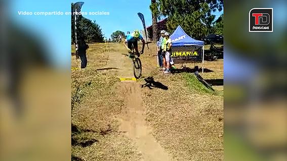 Luis Rosal pierde el control de su bicicleta durante la competecania XCO 2017 en la categoría Máster B. (Foto Prensa Libre: Tomada de redes sociales.)