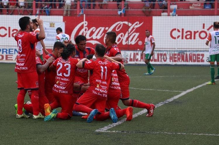 Los jugadores de Deportivo Malacateco festejan luego del triunfo. (Foto Prensa Libre: Raúl Juárez)