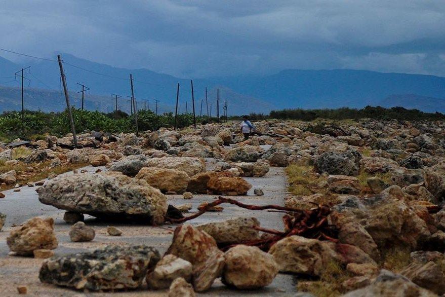 Vista de una carretera entre Guantánamo y Baracoa tras el paso del huracán Matthew. (Foto Prensa Libre: AFP)