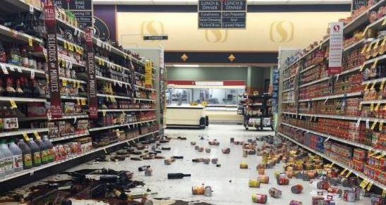 El movimiento telúrico botó los productos sobre estanterías en los supermercados. (Foto: Internet).