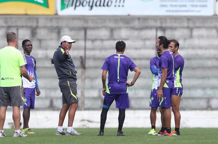 """El técnico de Antigua GFC, Mauricio Tapia"""", busca regresar a una final en la Liga Nacional. (Foto Prensa Libre: Francisco Sánchez)"""