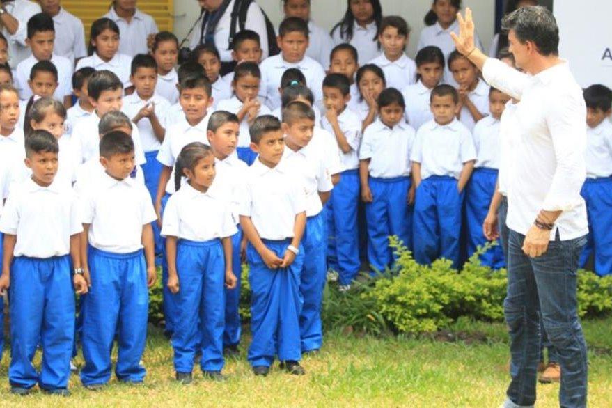 Ricardo Arjona compartió con varios niños durante la inauguración de la escuela Enrique Castillo Monje en Alotenango, Sacatepéquez. (Foto Prensa Libre: Esbin García)