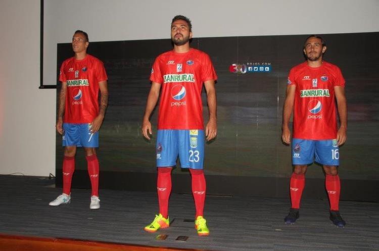 Municipal presenta su nueva indumentaria para la temporada for Los rojos de municipal