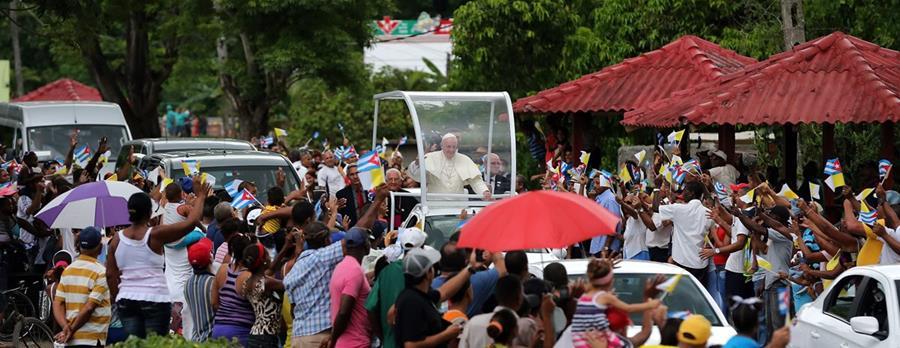 El Papa saluda a la multitud que lo recibió tras su llegada a la ciudad de Santiago, Cuba. (Foto Prensa Libre: EFE).