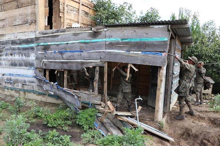 En operativos por el estado de sitio en Ixchiguán y Tajumulco, soldados destruyeron bunkers que supuestamente eran utilizados por narcotraficantes. (Foto Prensa Libre: Whitmer Barrera)