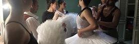 Bailarinas del Ballet Nacional de Guatemala se preparan en los camerinos del Centro Cultural Miguel Ángel Asturias. (Foto Prensa Libre: Carlos Hernández)