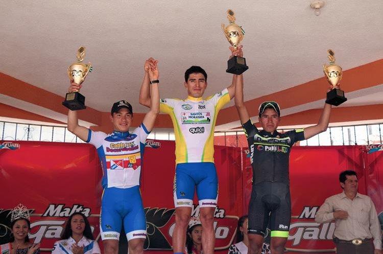Rodas, Escobar y Jiatz en el podio de premiación. (Foto Prensa Libre: Cortesía FedeCiclismo)