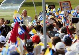 El papa Francisco saluda a un grupo de fieles al llegar a Holguín. (Foto Prensa Libre: EFE).