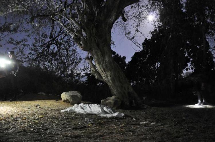 Miguel Menéndez Chachaguá, 16, murió baleado bajo un árbol en la zona 4 de Chiquimula. Foto Prensa Libre: Mario Morales.