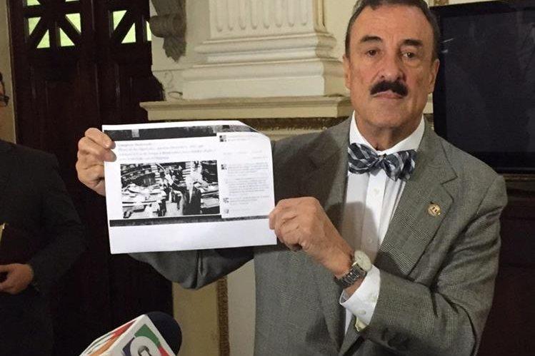 Fernando Linares presenta la publicación en Facebook donde un usuario lo amenaza de muerte. (Foto Prensa Libre: Jessica Gramajo)