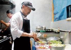 El chef Felipe Cua prepara uno de los platillos que forman parte de la carta de su restaurante. (Foto Prensa Libre: Édgar Sáenz).