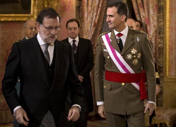 <span>El rey de España</span> <span>Felipe</span> <span>VI</span> <span>camina</span> <span>con el presidente en funciones, Mariano Rajoy</span> (i)<span>,</span> <span>durante una reunión en Madrid.(AP).</span>