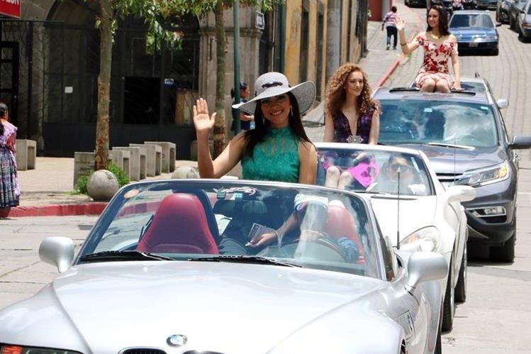 Nueve candidatas del certamen Señorita Quetzaltenango recorrieron Xela en caravana, este sábado. (Foto Prensa Libre: Carlos Ventura)