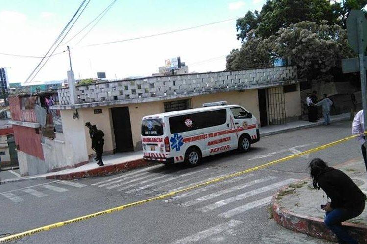 Dos hombres murieron baleados en el interior de una vivienda ubicada en la zona 11 capitalina. (Foto Prensa Libre: Estuardo Paredes)