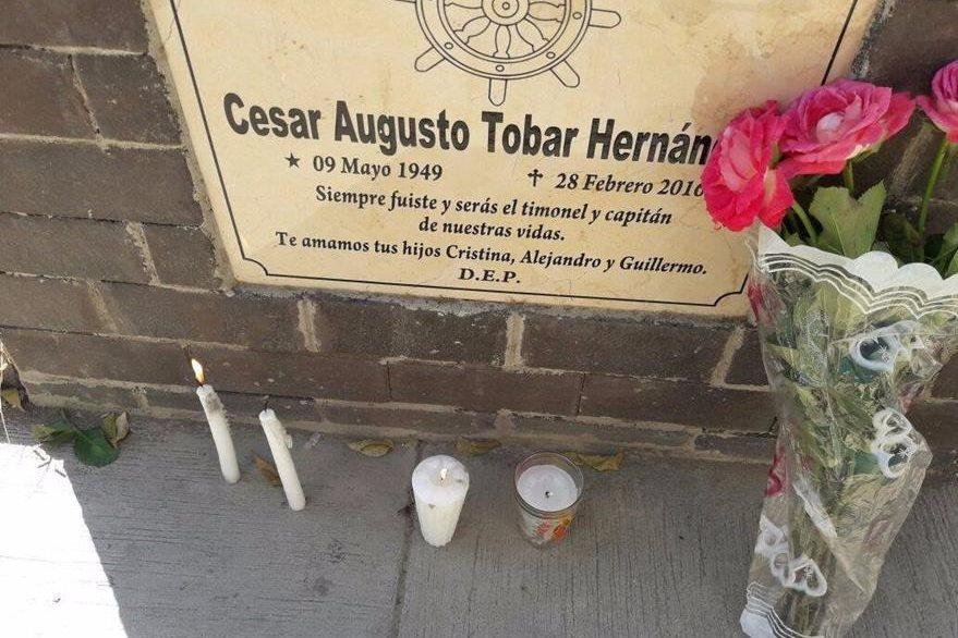 La tumba del padre de las víctimas se ubica frente a la morgue ubicada en el cementerio de Chiquimula. (Foto Prensa Libre: Mario Morales).