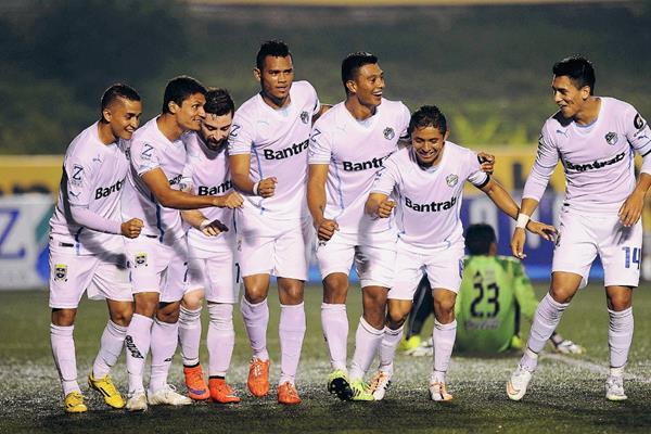 Los jugadores albos festejan la anotación de Rolando Blackburn. (Foto Prensa Libre: Francisco Sánchez).