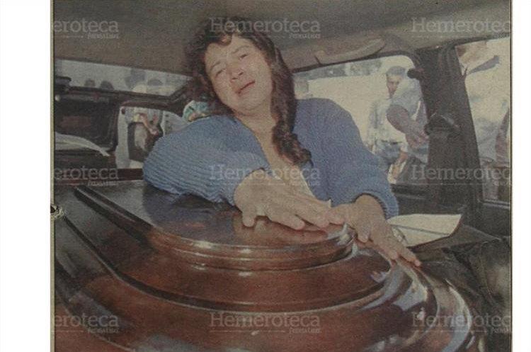 Una familiar de Guillermo Sandoval Gallardo llora sobre el féretro que contiene los restos de su hermano, quien fuera una de las víctimas de la tragedia ocurrida la noche del 16 de octubre 1996 en el estadio Mateo Flores. (Foto: Hemeroteca PL)