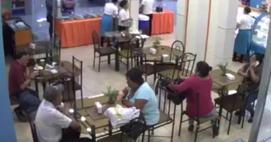 Robo en pastelería de Villa Nueva quedó grabado por cámaras de seguridad. (Foto Prensa Libre: Youtube Guatevisión)
