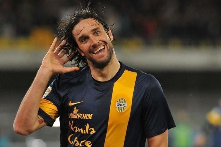 Luca Toni se despide este fin de semana del futbol vistiendo la camisola Hellas Verona. (Foto Redes Sociales).