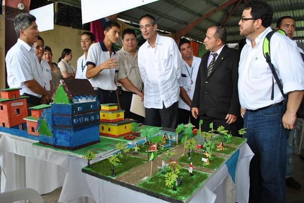 <p>El presidente Álvaro Colom, durante el Festival de Seminarios Ambientales en Flores, Petén. (Foto Prensa Libre: Rigoberto Escobar)<br></p>