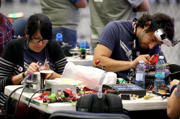 Vista de los participantes de la competencia de drones en la Campus Party (Foto Prensa Libre: EFE).