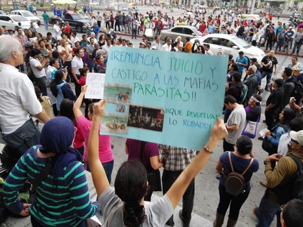 Guatemaltecos se congregan en la Plaza de la Constitución. Foto Prensa Libre: Edwin Bercián.
