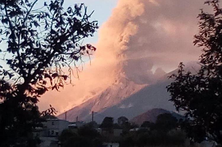 El humo y la ceniza expulsada por el Volcán de Fuego pintó de naranja el cielo de los guatemaltecos. (Foto Prensa Libre: Twitter Álvaro García)