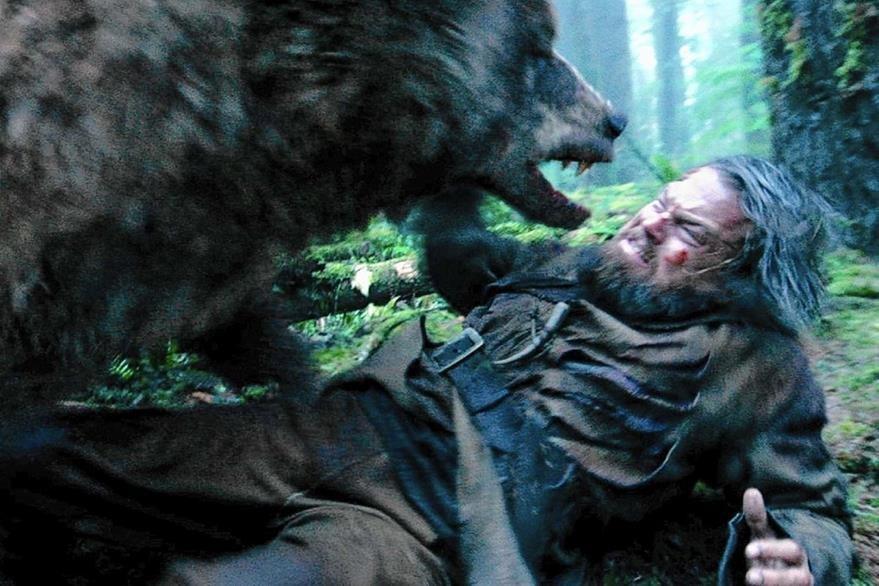 """Pelea de Leonardo DiCaprio con un oso en el cinta """"El renacido"""". (Foto Prensa Libre: Hemeroteca PL)"""