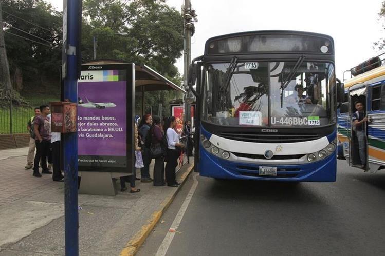 Abordaje del Transurbano hacia barrios y colonias del sur capitalino. (Foto Prensa Libre: Paulo Raquec)
