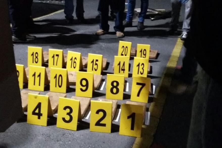 Autoridades contabilizaron 20 paquetes de cocaína en vehículo localizado en Xela. (Foto Prensa Libre: PNC)