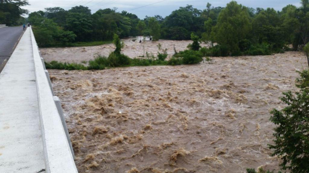Río Cabuz se halla crecido desde del miércoles último, en Catarina. (Foto Prensa Libre: Alexánder Coyoy)