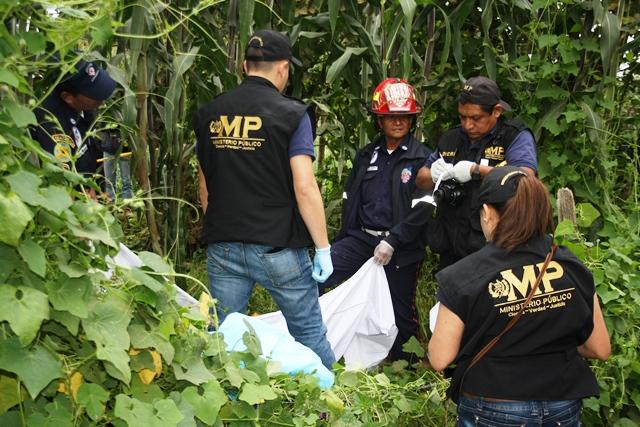 El cuerpo de Mayra López López fue encontrada en un área de cultivo en Santiago, Sacatepéquez. (Foto Prensa Libre: Renato Melgar)