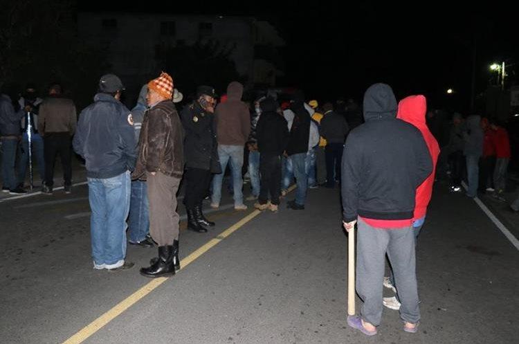 Unos 200 pobladores exigían la  captura de los delincuentes, para lincharlos (Foto Prensa Libre: Whitmer Barrera).