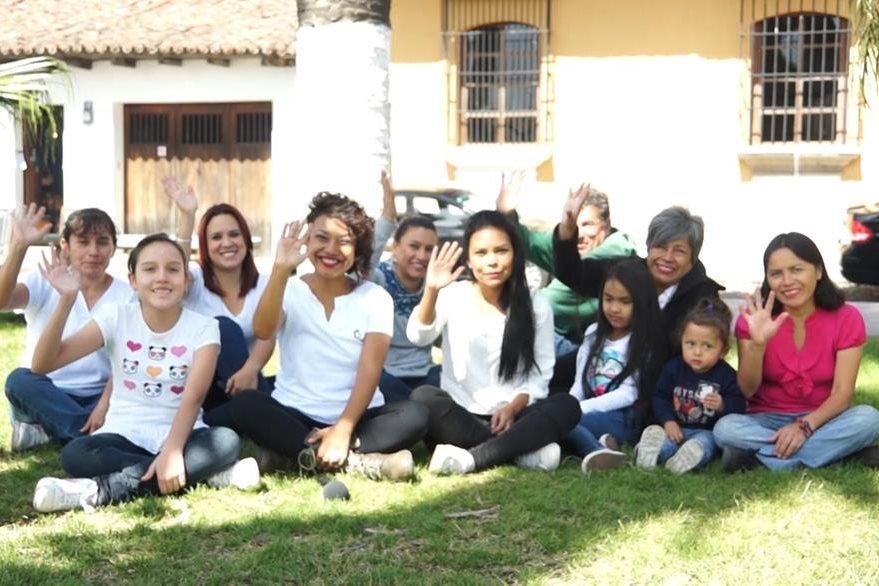 Charline, junto a su hija y un grupo de voluntarios, cortaron el cabello de adultos mayores. (Foto Prensa Libre: Juan Carlos Rivera)